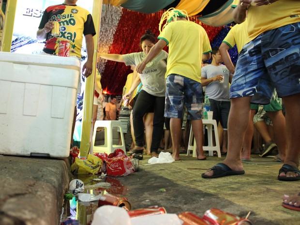 Plásticos e latas foram jogadas na Avenida Santa Isabel, em  Manaus (Foto: Abinoan Santiago/G1 AM)
