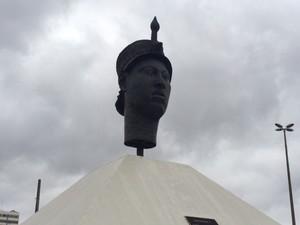 Estátua de Zumbi é limpa após receber pichações (Foto: Mariucha Machado/G1)