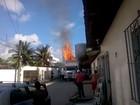 Carga de caminhão baú pega fogo em Jaboatão dos Guararapes