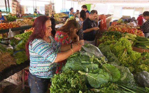 Feirantes de Boa Vista relatam rotina de trabalho (Foto: Roraima TV)