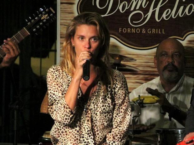 Carolina Dieckmann canta em restaurante no Rio (Foto: Marcus Pavão/ Ag. News)