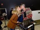 Giovanna Ewbank e Bruno Gagliasso trocam beijos em aeroporto de SP