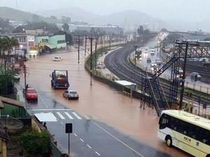 Chuva forte neste fim de semana deixou ruas alagadas em pontos de Juiz de Fora (Foto: Vanusa Felício/G1)