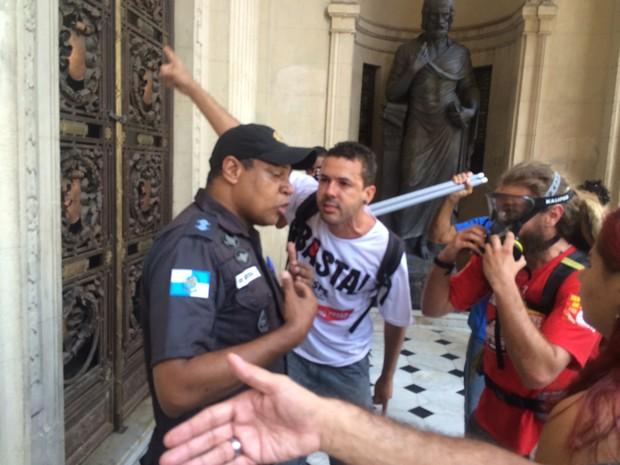 Clima tenso entre PMs e manifestantes na entrada da Alerj (Foto: Alessandro Ferreira/G1)