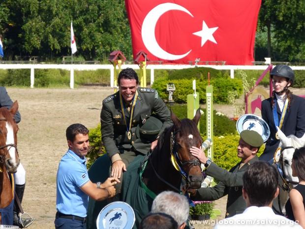 Théo recebe a medalha das maõs do cavaleiro Doda Miranda (Foto: Salve Jorge/TV Globo)