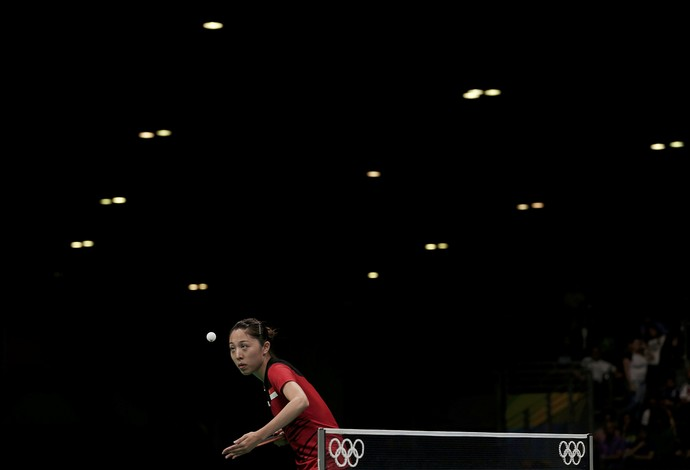 GALERIA - Yu Mengyu, de Singapura, olha fixo para a bola no jogo contra coeana Kim Song (Foto: REUTERS/Alkis Konstantinidis)
