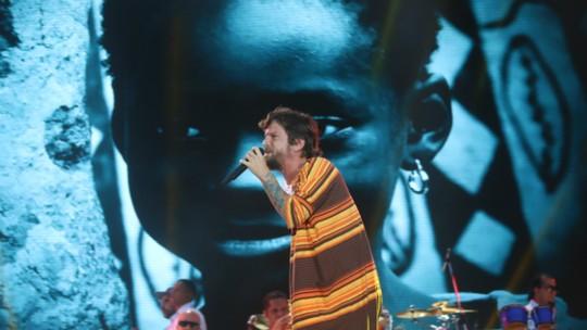 Saulo faz homenagem à Chape e Fonte Nova fica em silêncio no Festival de Verão