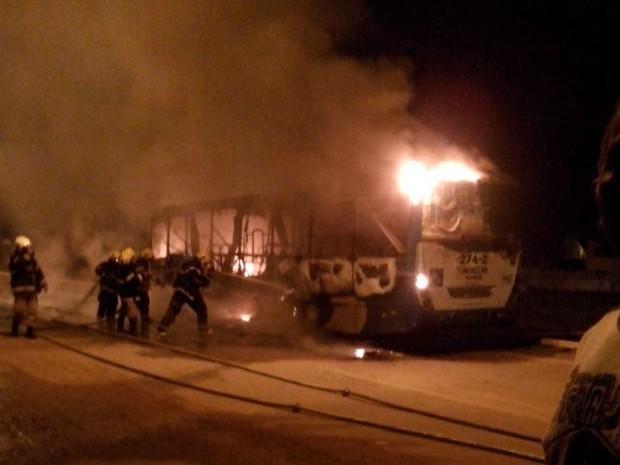 Ônibus é incendiado na quadra 407 Norte em Palmas (Foto: Divulgação)