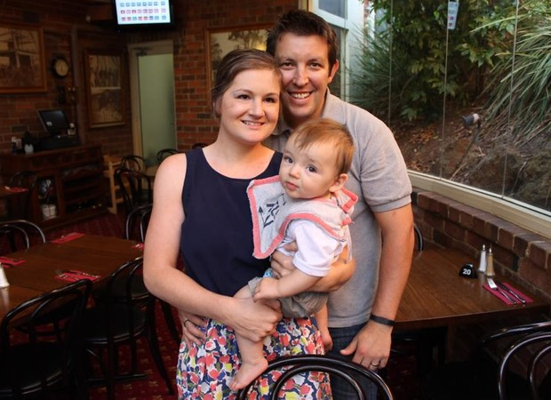 Sarah e bebê (Foto: Reprodução/Facebook)
