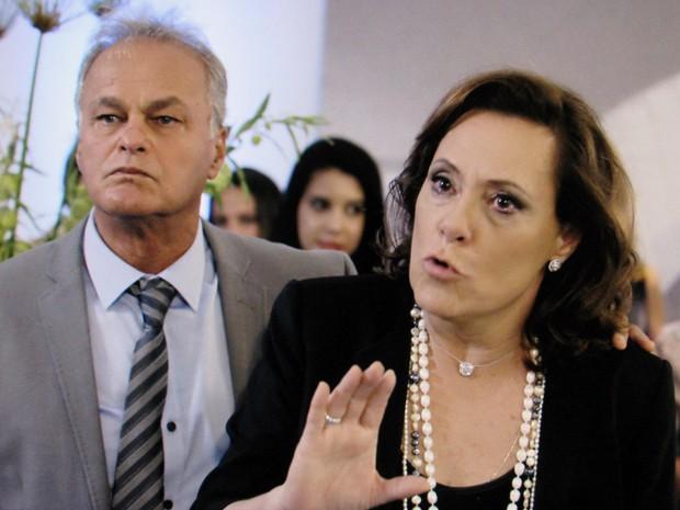 Tina fica desesperada ao ver os dois maridos cara a cara (Foto: TV Globo)