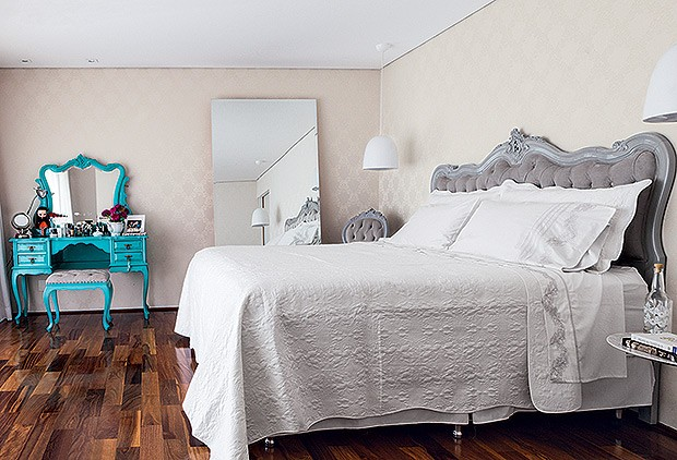 Quarto de casal | A cama, originalmente, era de viúva. Após a reforma, feita pelo Ateliando, passou a ser tamanho king. Ao fundo, a penteadeira também foi repaginada com laca azul-turquesa (Foto: Lufe Gomes/Casa e Jardim)