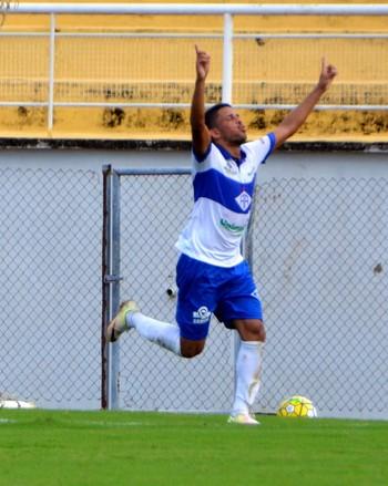 Jeferson, meia do Atlético-AC comemora gol  (Foto: Nathacha Albuquerque)