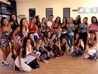 Bailarinas botam a musa Sue Lasmar para dançar (Arquivo Pessoal)