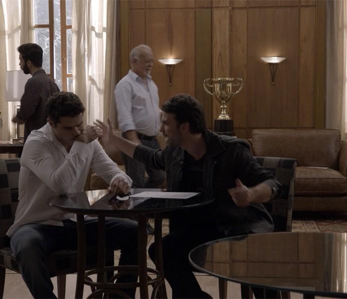 Adônis fica desesperado ao perder dinheiro em aposta (Foto: TV Globo)