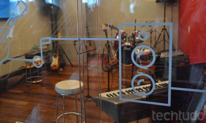 A outra é um estúdio musical completo incluindo instrumentos para canhotos (Foto: Melissa Cruz / TechTudo)