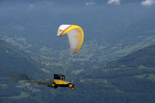 Durante uma competição internacional no domingo (22) em Hilaire-du-Touvet, na França, um atleta fez um voo de paragilder com um carro anexado ao para-quedas (Foto: Jean-Pierre Clatot/AFP)
