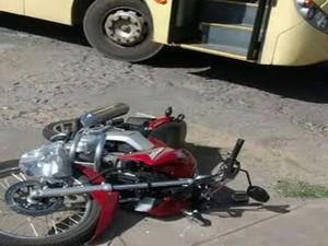 Moto foi atingida por ônibus em Divinópolis (Foto: Wender de Castro/Arquivo Pessoal)