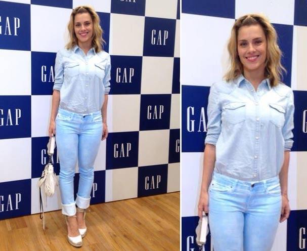 A atriz, toda linda com look total jeans, na nova GAP do Rio (Foto: Glamour Brasil)