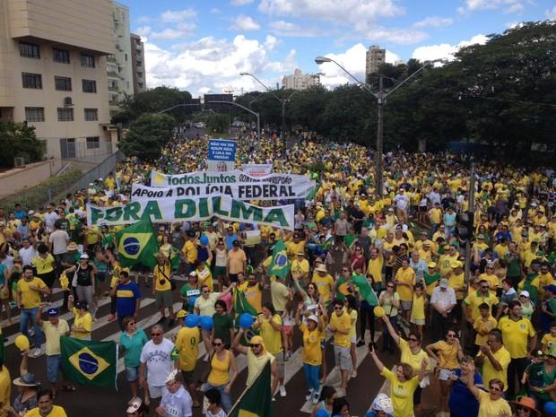 Em Londrina, no norte do Paraná, manifestantes se concentraram em frente ao Colégio Estadual Vicente Rijo; o grupo segue pela Avenida Higienópolis até a Praça da Bandeira (Foto: Tiago Pereira/RPC)