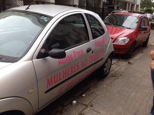 Mirian fez colantes padronizados para colocar em seu carro (Foto: Rafaella Mendes/G1)