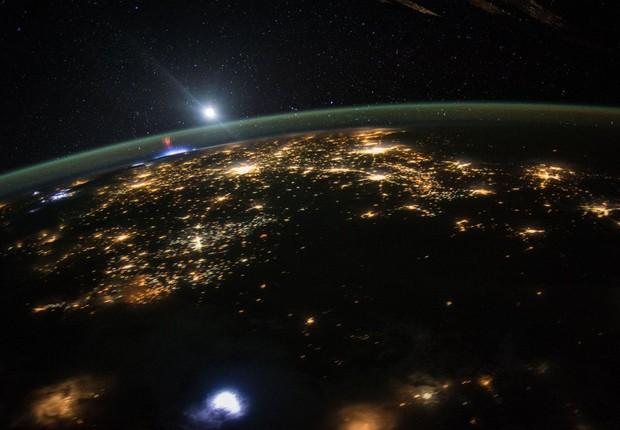 Uma grande descarga elétrica é registrada acima da luz branca de uma tempestade elétrica sobre a área acima dos estados do Missouri e Illinois, nos EUA (Foto: NASA)