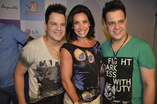 Scheila Carvalho com a dupla João Neto e Frederico em show de Claudia Leitte em Salvador, na Bahia (Foto: Fred Pontes/ Divulgação)