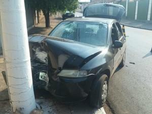 Motorista perdeu o controle e colidiu frontalmente com um poste em Cuiabá. (Foto: Divulgação/Polícia Judiciária Civil)