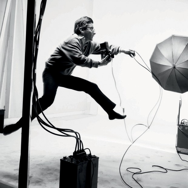 Avedon fotografado por Lartigue, em 1966 (Foto: © Ministère De La Culture - France/aajhl, © The Richard Avedon Foundation e Divulgação)