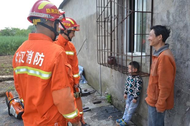 Pai chegou a rir da situação enquanto conversava com bombeiros (Foto: Reuters)