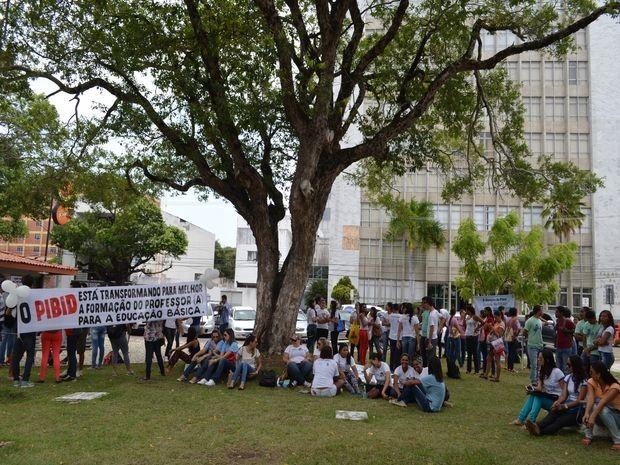 Alunos e professores do IFS e UFS manifestaram em praça do Centro  (Foto: Marina Fontenele/G1)