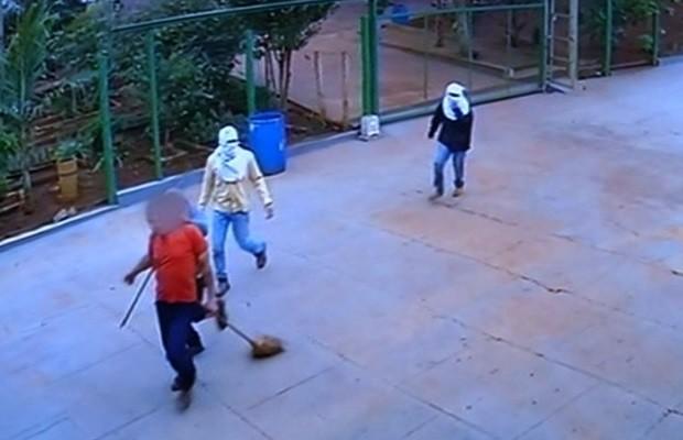 Suspeitos fazem três reféns durante assalto a fazenda em Goiás veja vídeo (Foto: Reprodução/TV Anhanguera)