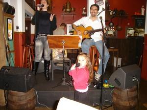 Isa Pagnota e os pais durante um show, aos 2 anos de idade. (Foto: Arquivo Pessoal )