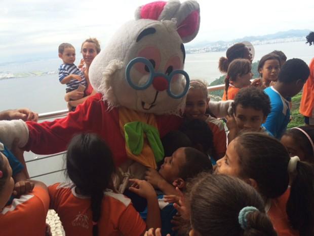 Coelho é abraçado por crianças durante chegada no Pão de Açúcar nesta quarta-feira (1º) (Foto: Cristina Boeckel/G1)