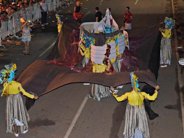 "O samba enrendo do bloco Sem Limites era ""Catraia, Catraiero Na Beira desse Rio Tem Samba"" (Foto: Yuri Marcel/G1)"