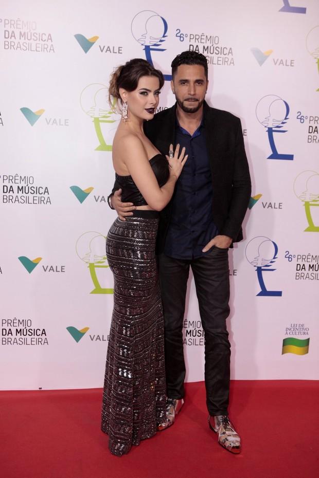 Rayanne Morais e Latino (Foto: Isac Luz / EGO)