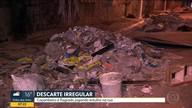 Caçambeiro é flagrado descartando entulho no meio da rua