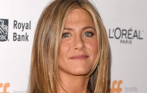 Nos anos 90, a mãe de Jennifer Aniston, Nancy Dow, veio a público criticar o relacionamento da filha com Brad Pitt. Jennifer ficou tão enfurecida que teria dito que jamais perdoaria a mãe. Tanto que, quatro anos depois, em 2000, Nancy não estava presente no casamento da filha com Brad. Tenso. (Foto: Getty Images)