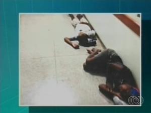 Foto mostra pacientes deitados no chão de hospital em Araguaína (Foto: Reprodução/TV Anhanguera)