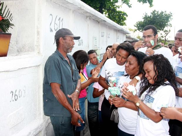 Enterro do lutador de MMA Leandro Feijão de 26 Anos, no Cemitério de Inhaúma (Foto: Celso Barbosa / Futura Press / Agência Estado)