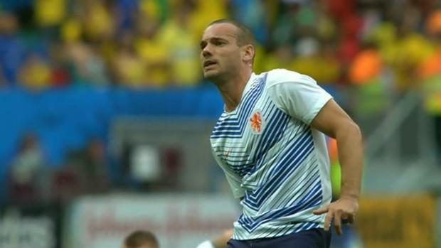 Sneijder sente a perna ao cobrar falta durante aquecimento em Brasília (Foto: Reprodução SporTV)