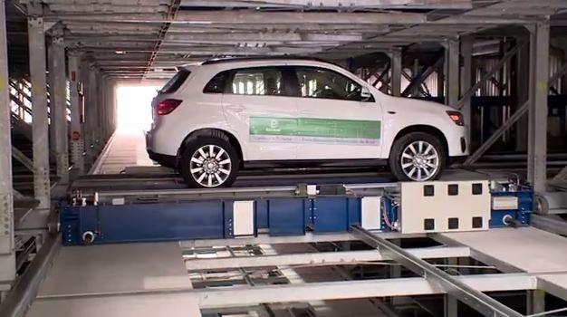 Garagem tem 256 vagas operadas por 19 robôs e quatro elevadores inteligentes (Foto: Reprodução/RBS TV)