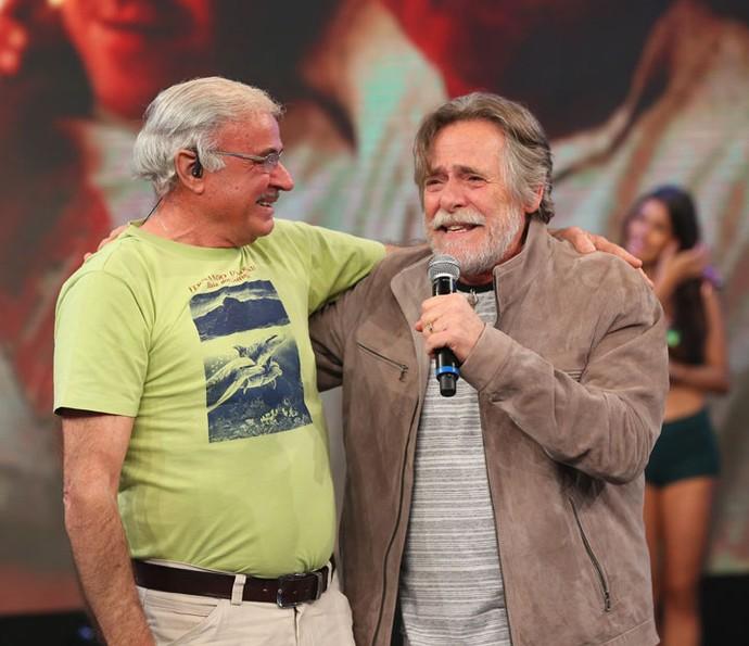 Amigo grego surpreende ator no palco do 'Domingão' (Foto: Carol Caminha/Gshow)