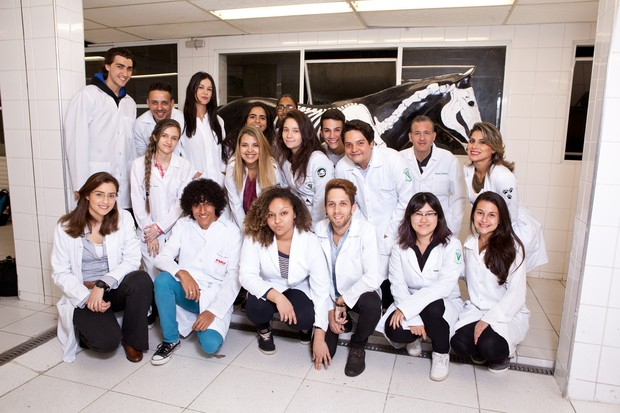 Vanessa Mesquita com seus colegas de classe e professores  (Foto: Divulgação / Adriana Barbosa)
