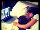 Doente, Selena Gomez posta foto deitada na cama com cachorro