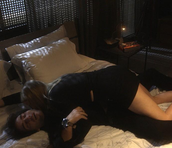 Jéssica tenta ficar com Tiago bêbado (Foto: TV Globo)