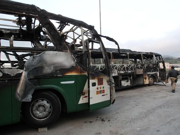 Ônibus queimado durante protesto na noite desta segunda (Foto: WERTHER SANTANA/ESTADÃO CONTEÚDO)