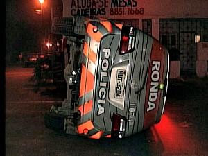Carro da polícia capota ao ser atigido por veículo que avançou preferencial. (Foto: Reprodução / TV Verdes Mares)