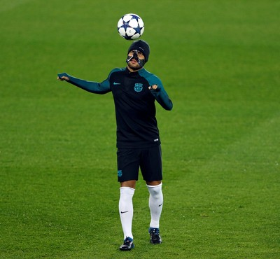 Rafinha mascarado no treino do Barcelona no Parc des Princes (Foto:  REUTERS/Benoit Tessier)