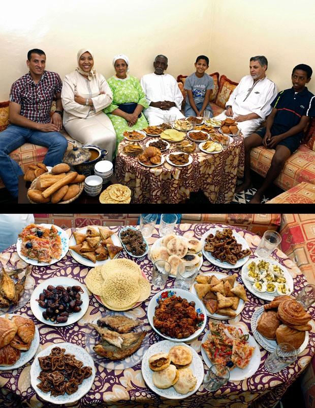 Família Aazzab aguarda para a primeira refeição do dia, o Iftar, no cair da tarde em Casablanca, Marrocos (Foto: Abdeljalil Bounhar/AP)