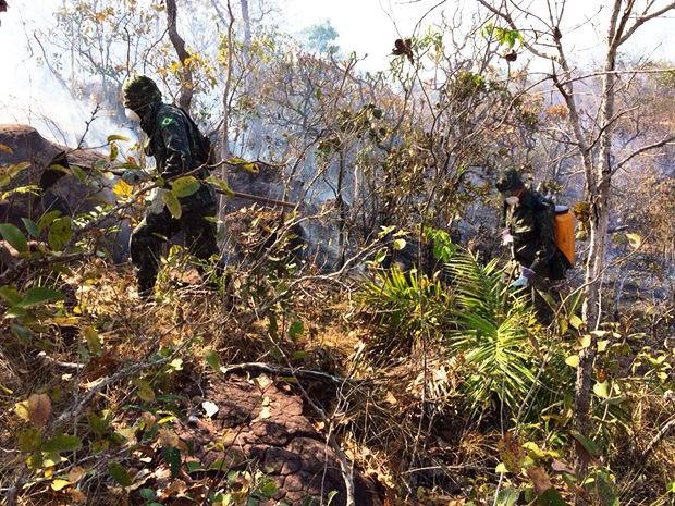 Militares e bombeiros tentam controlar incêndio no Parque Serra Azul, em Barra do Garças (MT). (Foto: Diego Hurtado/TVCA)